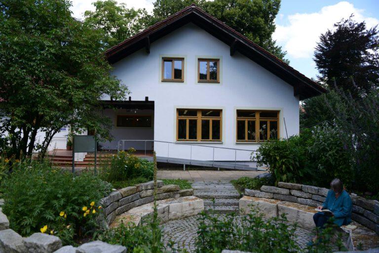 Buecherei mit Kraeutergarten 768x512
